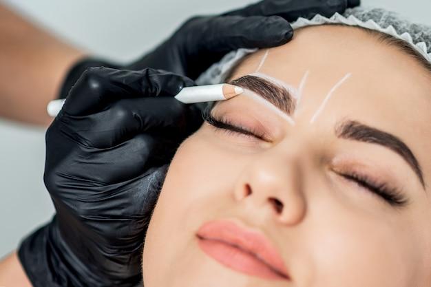 Marcação com lápis nas sobrancelhas