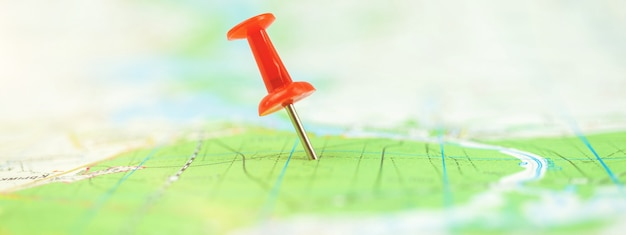 Marcação de localização com um pino vermelho na foto do banner do conceito de mapa, viagem e jornada
