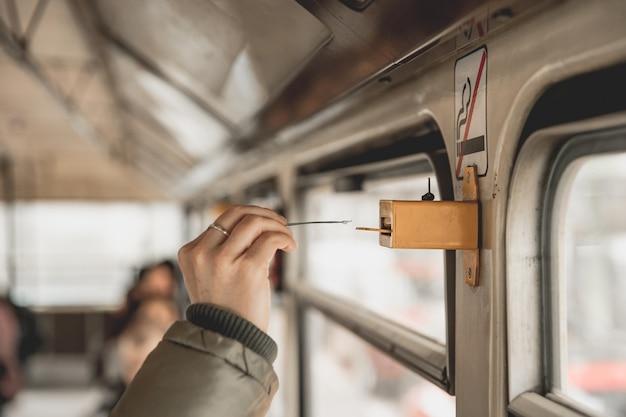 Marcação do bilhete no bonde usando um perfurador