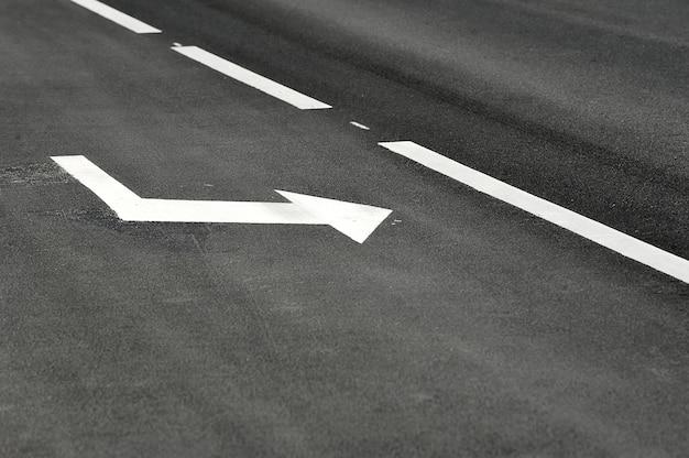 Marcações de estrada na estrada de asfalto