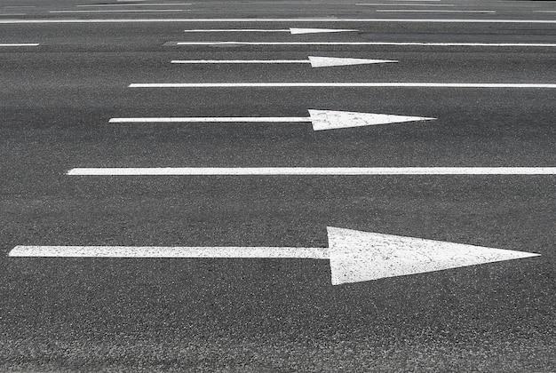 Marcações viárias em forma de setas no asfalto