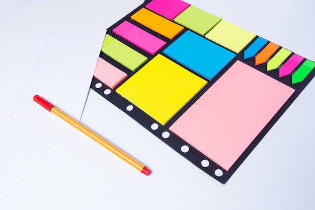 Marcadores coloridos, caneta, marcadores, cor pegajosa e papel em branco para trabalhar ou estudar