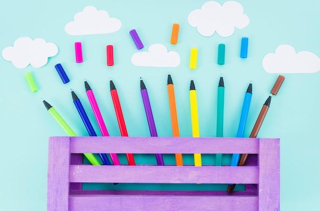 Marcadores coloridos de vista superior em uma caixa