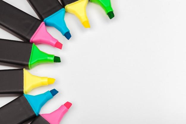 Marcadores coloridos isolados no branco