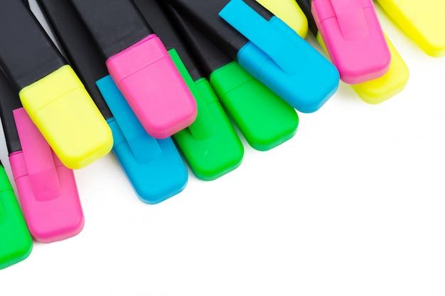 Marcadores coloridos isolados no fundo branco
