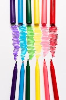 Marcadores de cor de arco-íris de close-up