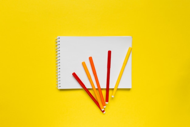 Marcadores de cor no bloco de notas