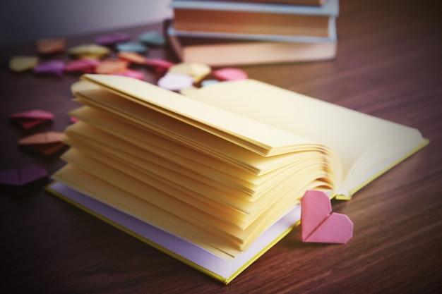 Marcadores de coração para livros em fundo de madeira