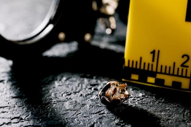 Marcadores de evidências com uma faca e um carregador de pistola no chão. sinal de acidente e assassinato na cena do crime. tema policial.