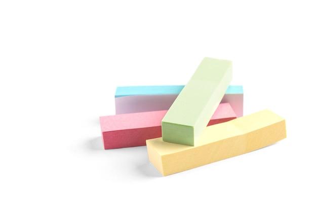 Marcadores de papel de cor isolados no branco.
