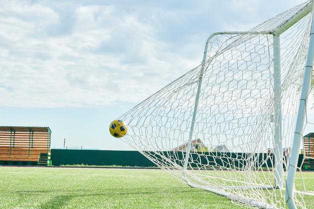 Marcar gol de futebol em um dia ensolarado