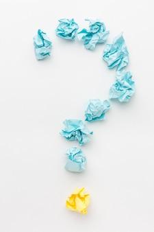 Marcar o sinal de pergunta formado de papel motolite