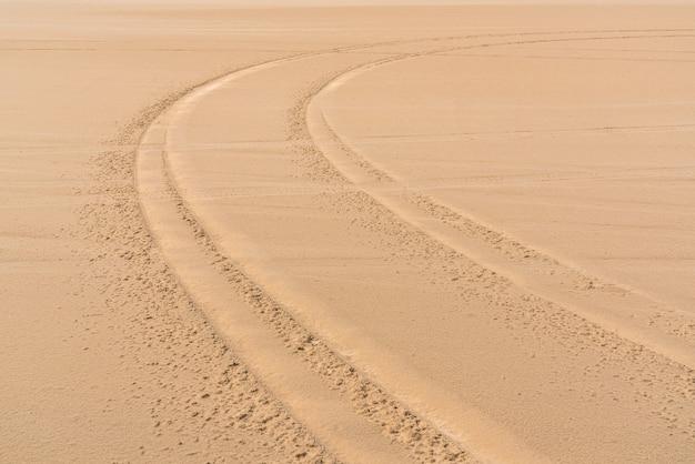 Marcas de piso de carro na areia