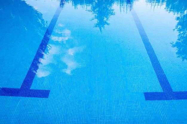 Marcas no fundo de uma piscina para orientar os nadadores.