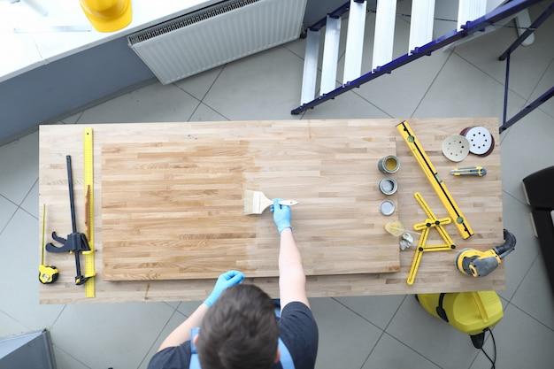 Marceneiro polir uma superfície de madeira