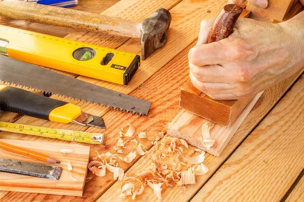 Marceneiro sênior ou carpinteiro fazendo marcenaria