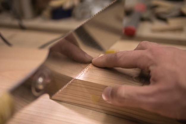 Marceneiro serrar com uma serra
