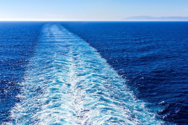 Marcha ou trilha de navio de cruzeiro na superfície do oceano