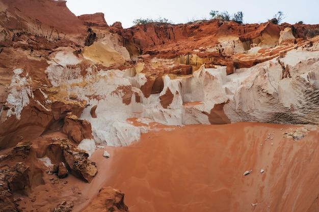 Marco, canyon de montanha de areia vermelha com um rio na floresta de bambu
