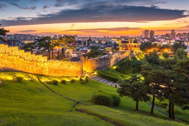 Marco de coreia e parque após o por do sol, arquitetura tradicional em suwon, fortaleza de hwaseong no por do sol, coreia do sul.
