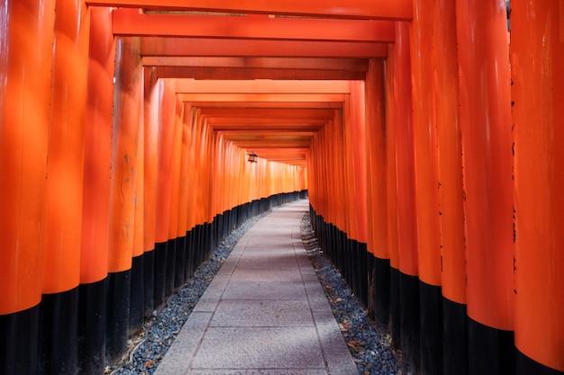 Marco de madeira antigo portão torii de fushimi inari