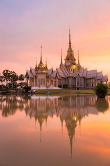 Marco de wat tailandês com reflexão de sombra, pôr do sol no templo no wat none kum em nakhon ratchasima