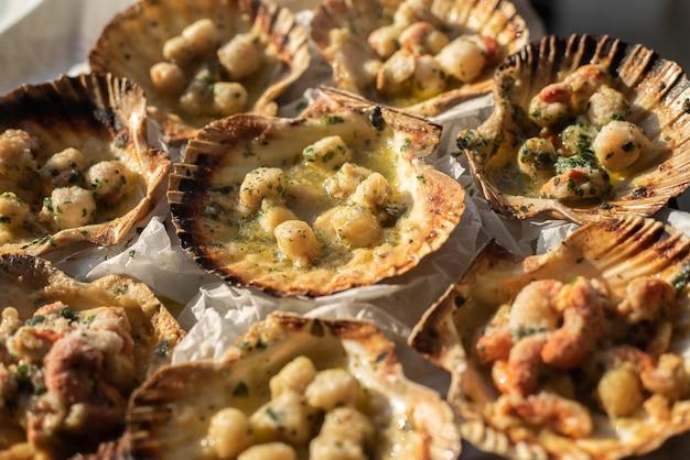 Marco detalhe da comida de vieiras cozidas e prontas para serem comidas