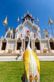 Marco do templo de wat khoi em phetchaburi, tailândia