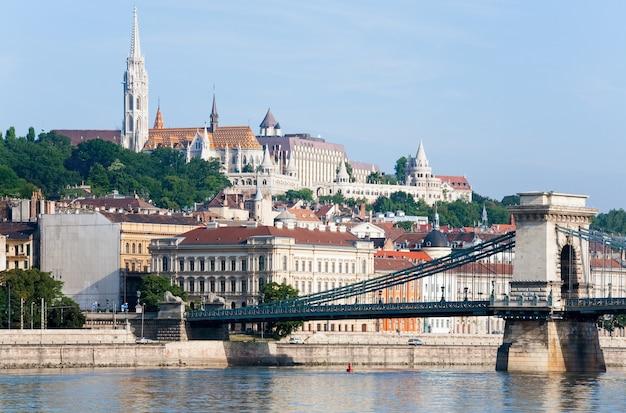 Marco húngaro, visão matinal da ponte das correntes de budapeste.