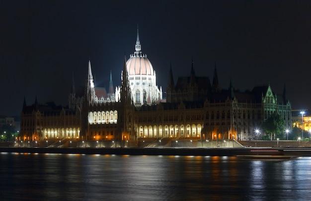 Marco húngaro, visão noturna do parlamento de budapeste. exposição longa.