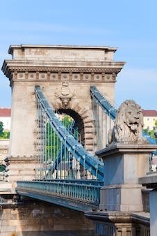 Marco húngaro, vista matinal da ponte das correntes de budapeste