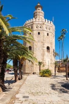 Marco medieval da torre de torre del oro gold do início do século xiii na região de sevilha, spain, a andaluzia.