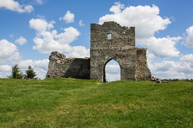 Marco ucraniano famoso: vista panorâmica do verão das ruínas do antigo castelo em kremenets, região de ternopil, ucrânia