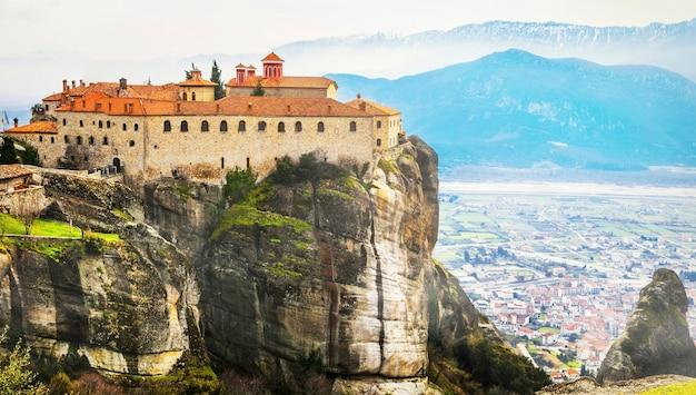 Marcos da grécia - meteora única com mosteiros suspensos sobre rochas