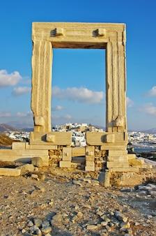 Marcos da grécia - ruínas dos portões de potara antigos do templo de apolo na ilha de naxos, cíclades
