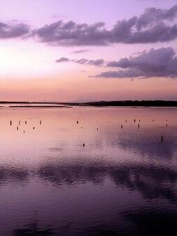 Maré alta na ria formosa, junto à praia de faro, algarve, portugal.