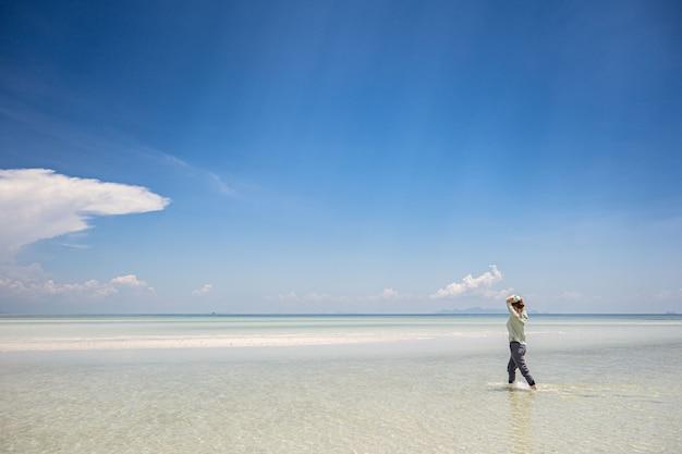 Maré baixa na costa do mar de andaman