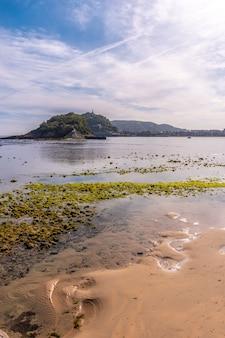 Maré baixa na praia de ondarreta em san sebastián