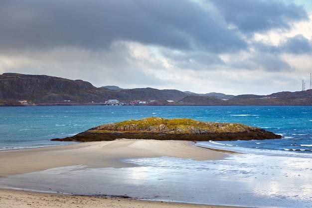 Maré baixa perto da aldeia de teriberka, na costa do mar de barents. península de kola, rússia.