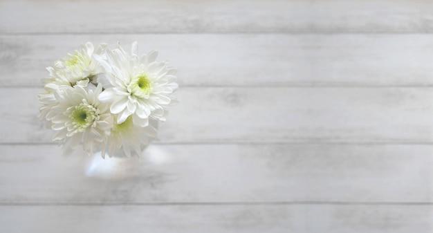Margarida flores sobre fundo de madeira