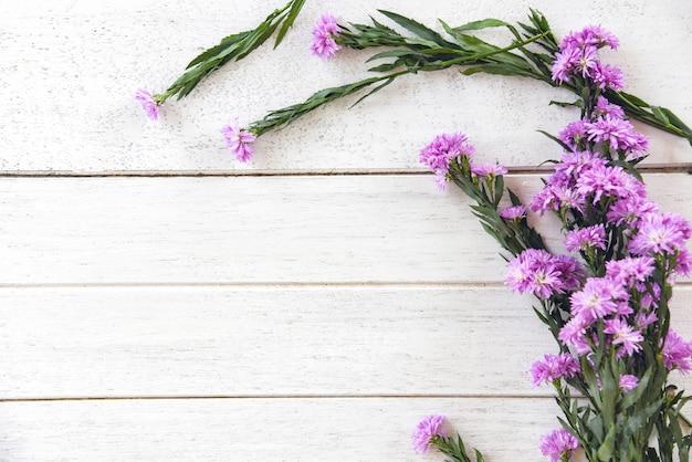 Margarida margarida flor roxa em branco de madeira