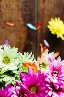 Margaridas coloridas de vista superior com espaço de cópia