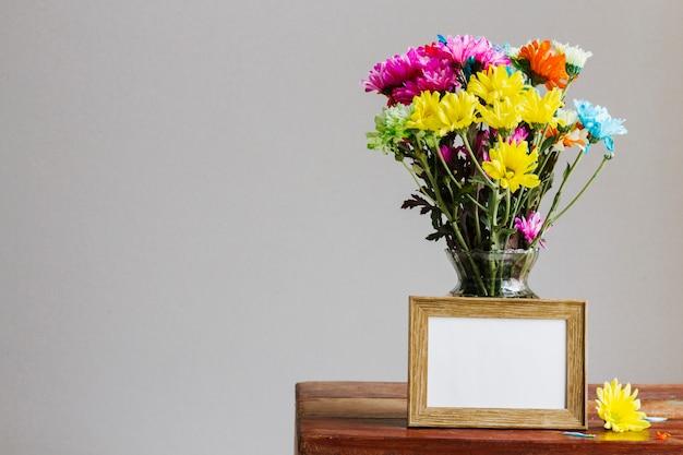 Margaridas coloridas em um vaso