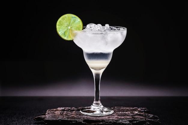Margarita congelada em copos, bebida alcoólica de limão refrescante e muito gelo