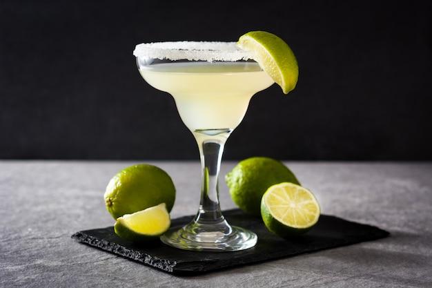 Margarita coquetéis com limão no copo em cinza
