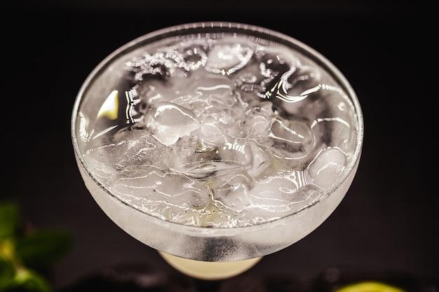 Margarita de limão congelada em copos, bebida alcoólica de limão refrescante e muito gelo, bebida de verão.