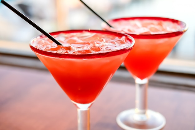 Margarita de morango em cocktails de rochas no restaurante mexicano na califórnia.