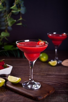 Margarita de morango gelada ou coquetel daiquiri com limão e rum