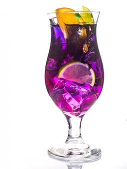 Margarita ou daiquiri cocktail com laranja isolado no branco