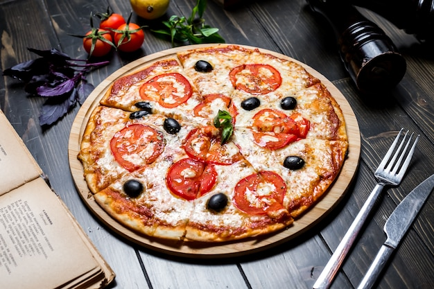 Margarita pizza tomate queijo vista lateral